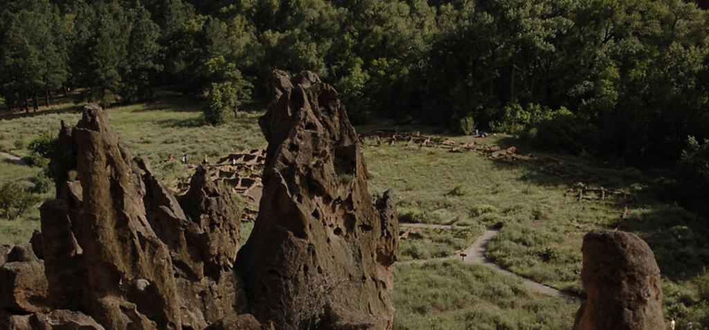 Stock Photo: 4409-43288 ARTE PREHISTORICO. NEOLITICO. AMERICA. INDIOS PUEBLO. MONUMENTO NACIONAL BANDELIER (BANDELIER NATIONAL MONUMENT). TYUONYI. Uno de los asentamientos de indios Pueblo en el Cañón de los Frijoles. Estado de Nuevo México. Estados Unidos.
