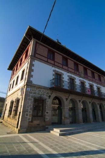AYUNTAMIENTO DEL MUNICIPIO DE CARRANZA. Se encuentra en el barrio de Concha. Valle de Carranza. Provincia de Vizcaya. País Vasco. : Stock Photo