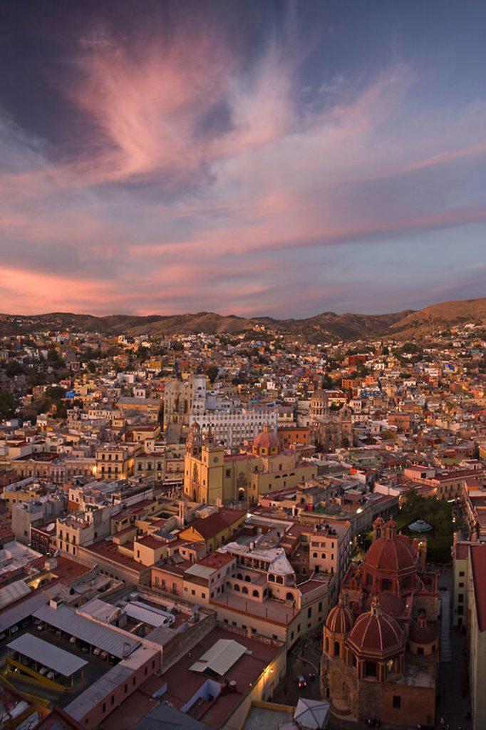 Stock Photo: 4409-43434 MEXICO. GUANAJUATO. Panorámica al anochecer de la ciudad, declarada Patrimonio Cultural de la Humanidad por la UNESCO. En primer término, la IGLESIA DE SAN DIEGO (siglo XVIII). Estado de Guanajuato.
