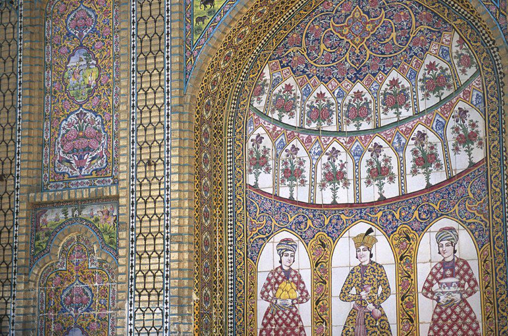 Stock Photo: 4409-43818 ARTE ISLAMICO. PERIODO QAJAR. S. XIX. IRAN. PALACIO NARANJESTAN E GHAVAM. Detalle de la DECORACION CERAMICA de la ENTRADA al palacio con azulejos con motivos vegetales, geométricos y antropomorfos. SHIRAZ. República Islámica de Irán.