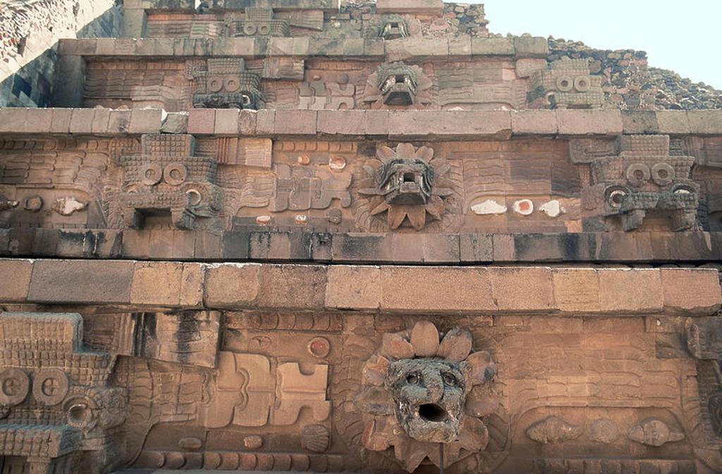 ARTE PRECOLOMBINO. MEXICO. PIRAMIDE DE QUETZALCOATL. Detalle de la parte de la pirámide que pertenece al estilo tolteca. Compuesta por taludes y tableros, en estos últimos se intercalan las cabezas de los dioses Quetzalcoatl y Tlaloc. Teotihuacán. : Stock Photo