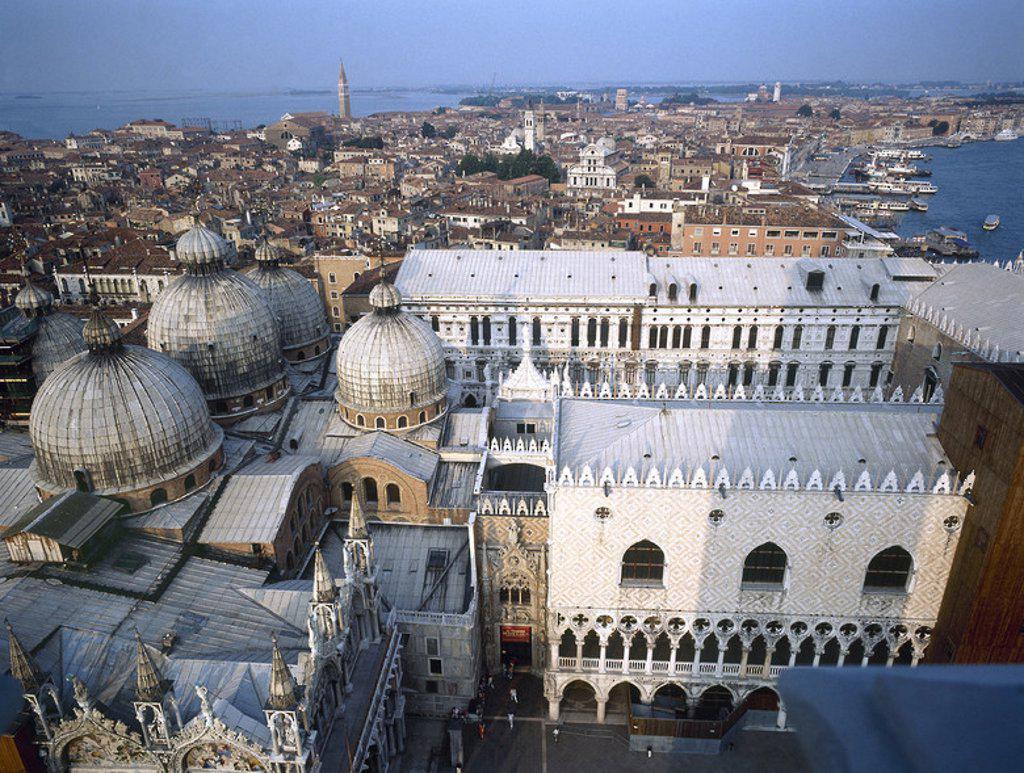 ITALIA. VENECIA. Vista general de la ciudad. En primer término el PALACIO DUCAL, proyectado por A. Rizzo (1430-1499) y la CATEDRAL DE SAN MARCOS (1094) . : Stock Photo