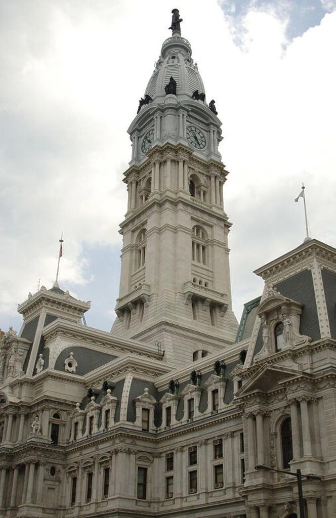 Stock Photo: 4409-44453 AYUNTAMIENTO DE FILADELFIA (PHILADELPHIA). Construído entre 1871 y 1901. La cúpula está coronada por la estatua del fundador de la colonia de Filadelfia, William Penn (1644-1718). Vista del exterior. Estado de Pensilvania. Estados Unidos.