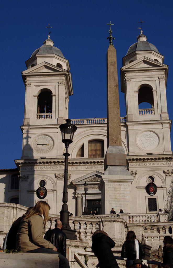 TURISTAS frente a la IGLESIA DE LA TRINITA DEI MONTI (siglo XVI) con el OBELISCO SALUSTIANO, de época imperial romana. Plaza de España (Piazza Spagna). ROMA. Italia. : Stock Photo