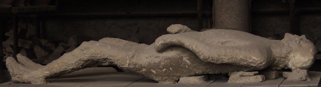 """Stock Photo: 4409-45130 """"ANTIQUARIUM"""". Museo erigido para exponer los hallazgos de la zona arqueológica de la ciudad de Pompeya. CALCO DE ESCAYOLA de un ciudadano sorprendido por la erupción. POMPEYA. Italia."""