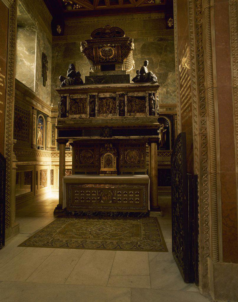 Stock Photo: 4409-45156 CRUZ, San Juan de la (Fontiveros,1542-Ubeda,1591) Religioso y escritor español, gran representante de la mística. En el año 1568 fundó el primer convento de Carmelitas Descalzos. SEPULCRO DEL SANTO ubicado en la Iglesia del CONVENTO DE CARMELITAS DESCALZOS. SEGOVIA. Castilla-León. España.