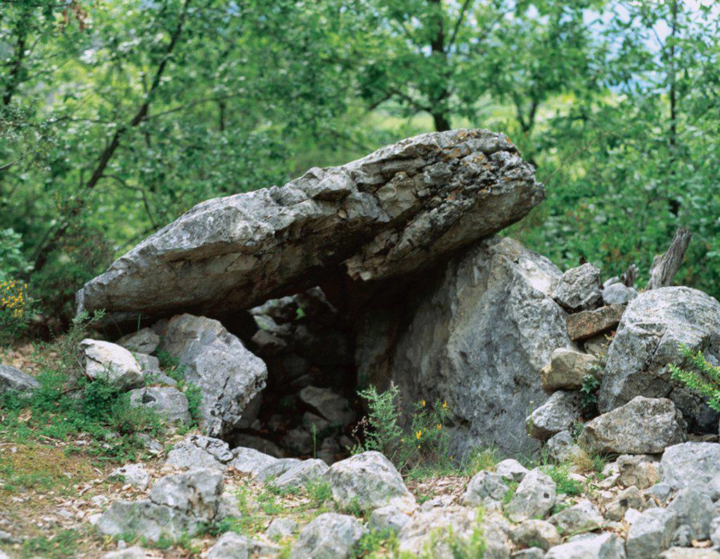"""Stock Photo: 4409-45753 ARTE PREHISTORICO. NEOLITICO. ESPAÑA. CULTURA MEGALITICA. NEOLITICO MEDIANO. """"DOLMEN DE LA PEDRACABANA"""" (759 m. altura) Sepulcro megalítico muy frecuente en Cataluña. Dólmen simple compuesto por dos o más losas laterales y una gran losa que hace de cubierta. Valle del Cabó (derecha del río Segre). Comarca del l'Alt Urgell. Provincia de Lleida. Cataluña."""