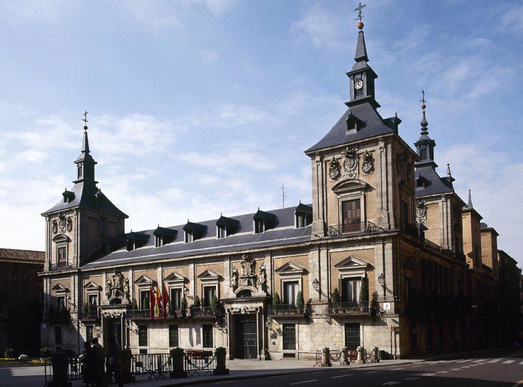 Stock Photo: 4409-46272 AYUNTAMIENTO DE MADRID. Vista de la fachada principal del edificio, iniciado en 1644 bajo la dirección de Juan GOMEZ DE MORA. A su muerte continuaron las obras varios arquitectos, entre ellos Juan de VILLANUEVA. España.