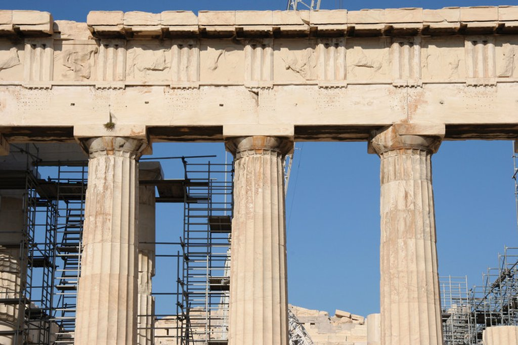 Greek Art. Parthenon. Was built between 447-438 BC. in Doric style under leadership of Pericles. The building was designed by the architects Ictinos and Callicrates. Detail of entablature (frieze with triglyphs and metopes, archirave, capital with abacus, echinus and necking, and columns. Acropolis. Athens. Attica. Central Greek. Europe. : Stock Photo