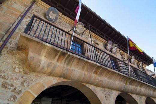 AYUNTAMIENTO DE COMILLAS. Construído en el año 1780. S. XVIII. Exterior. Cantabria. España. : Stock Photo