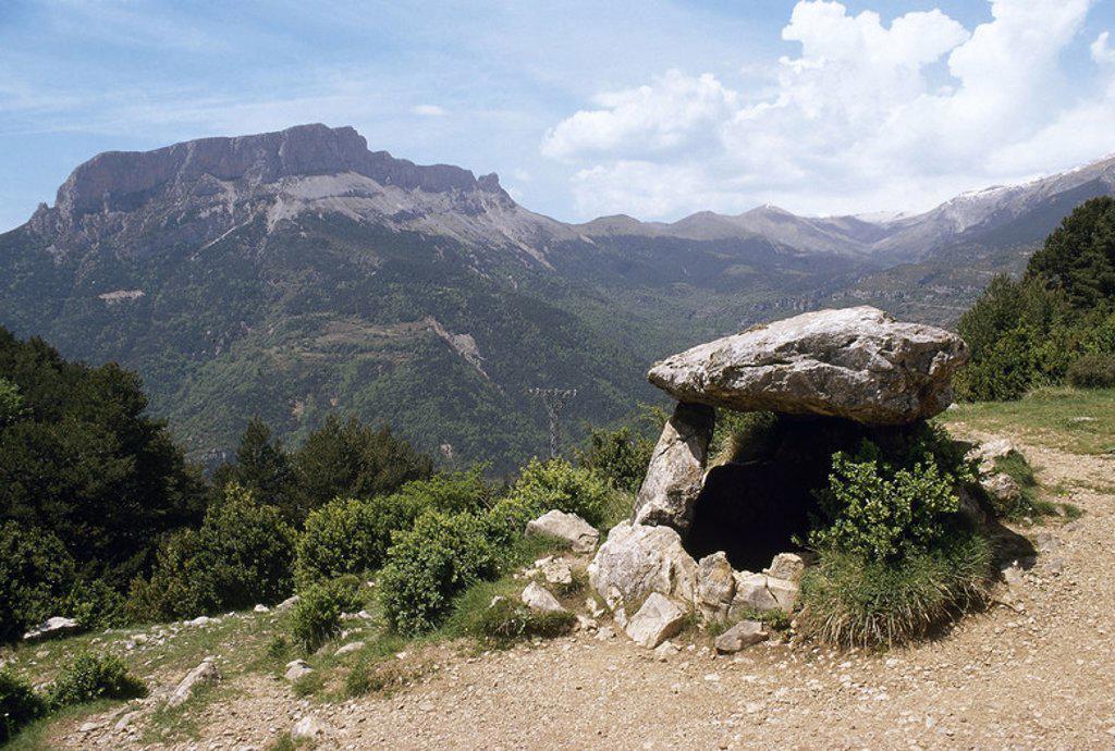 Stock Photo: 4409-47379 ARTE PREHISTORICO. EDAD METALES. ESPAÑA. DOLMEN DE TELLA. Monumento megalítico situado en el Parque Nacional de Ordesa y Monte Perdido. Al fondo, la cumbre del CASTILLO MAYOR (1983 m). Provincia de Huesca. Aragón.