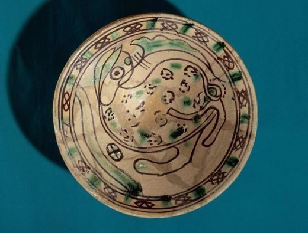 """Stock Photo: 4409-47438 ARTE GOTICO. ESPAÑA. CERAMICA CATALANA. SIGLOS XIII-XVI. Serie medieval y renacentista. """" PLATO DE CERAMICA CON DECORACION ZOOMORFA EN VERDE Y MANGANESO"""". Llamada CERAMICA MANRESANA. Museo Comarcal de Manresa. Provincia de Barcelona. Cataluña."""