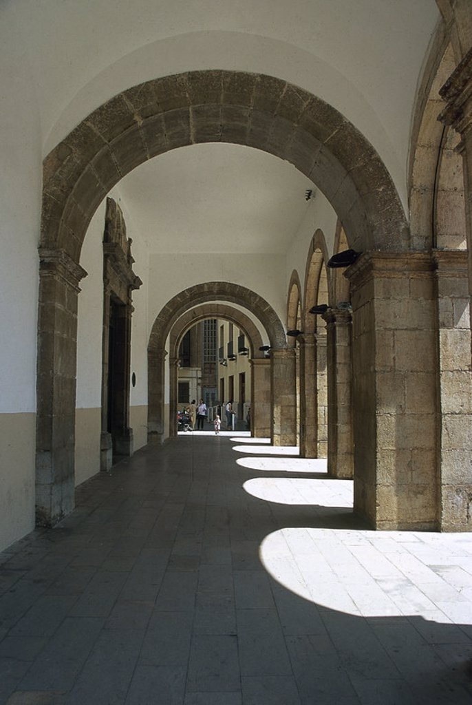 COMUNIDAD VALENCIANA. CASTELLON DE LA PLANA. Vista de los soportales del edificio del ayuntamiento en la Plaza Mayor. España. : Stock Photo