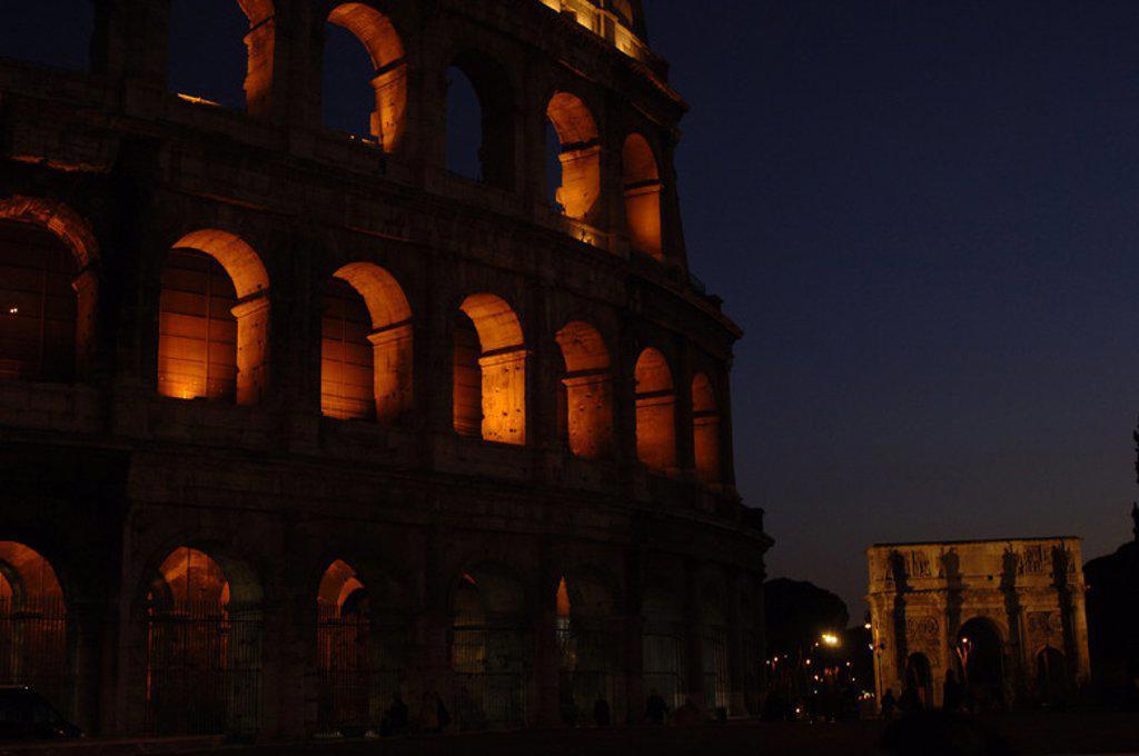 Stock Photo: 4409-47801 ITALIA. ROMA. Vista nocturna del COLISEO o ANFITEATRO DE FLAVIANO (siglo I), declarado Patrimonio de la Humanidad. Al fondo, el ARCO DE CONSTANTINO.