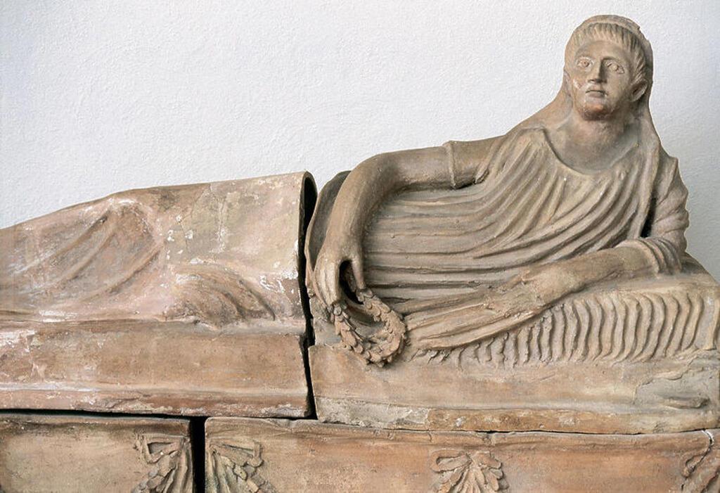 Stock Photo: 4409-48072 ARTE ETRUSCO. SARCOFAGO en el que se representa a la difunta recostada. La mujer tiene en una de sus manos una corona de laurel. Datado entre los S. IV-III a. C. Tarquinia. Italia.