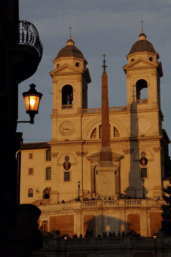Stock Photo: 4409-48412 ITALIA. ROMA. Vista de la IGLESIA DE LA TRINITA DEI MONTI (siglo XVI) con el OBELISCO SALUSTIANO, de época imperial romana, frente a ella. PLAZA ESPAÑA. Europa.