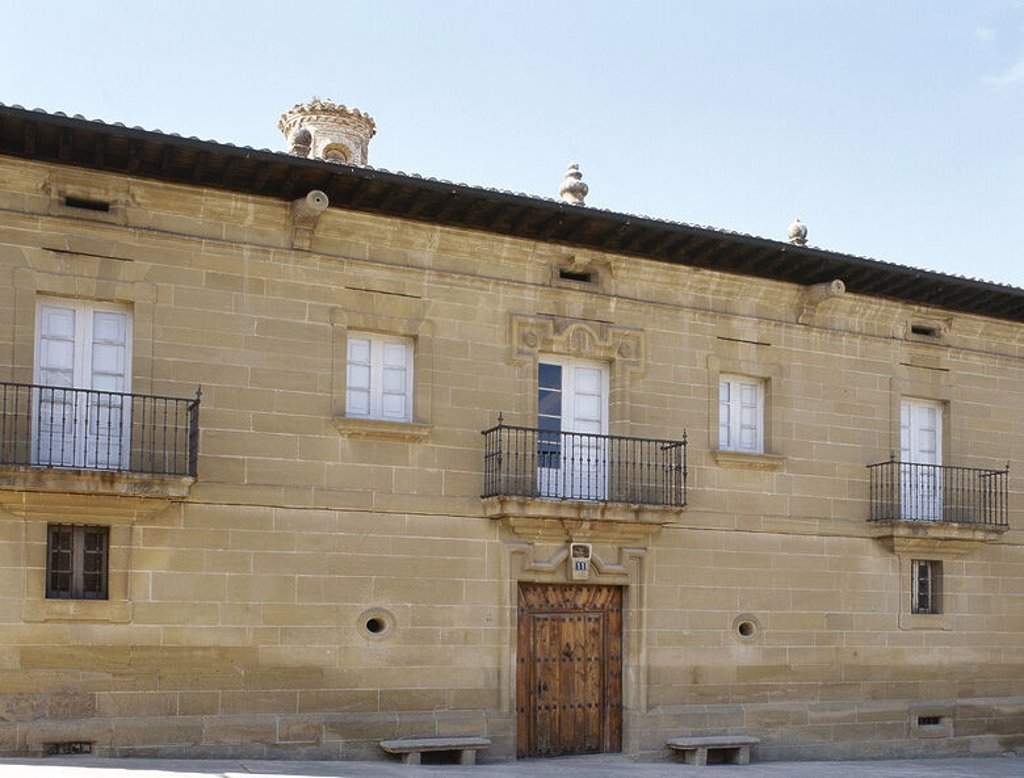 Stock Photo: 4409-48470 ARTE BARROCO. ESPAÑA. PALACIO DE LOS POVES. Vista general de la fachada barroca del edificio, construido en el s. XVIII durante el auge económico de la época, consecuencia del comercio del vino. CASALARREINA. Comarca de La Rioja Alta. La Rioja.