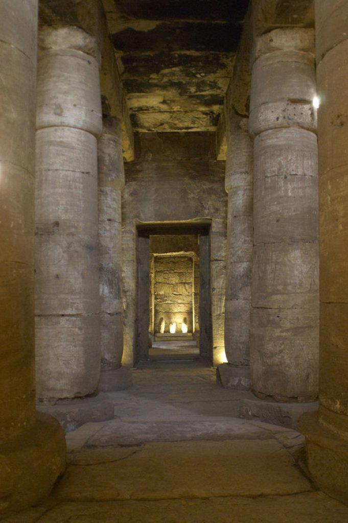 Stock Photo: 4409-48539 ARTE EGIPCIO. EGIPTO. TEMPLO DE SETI I en ABIDOS (ABYDOS). Mandado construir por el faraón de la Dinastía XIX del Imperio Nuevo, y terminado por su hijo Ramses II. Columnas de la segunda sala hipóstila. Abidos. Egipto. Norte de Africa.