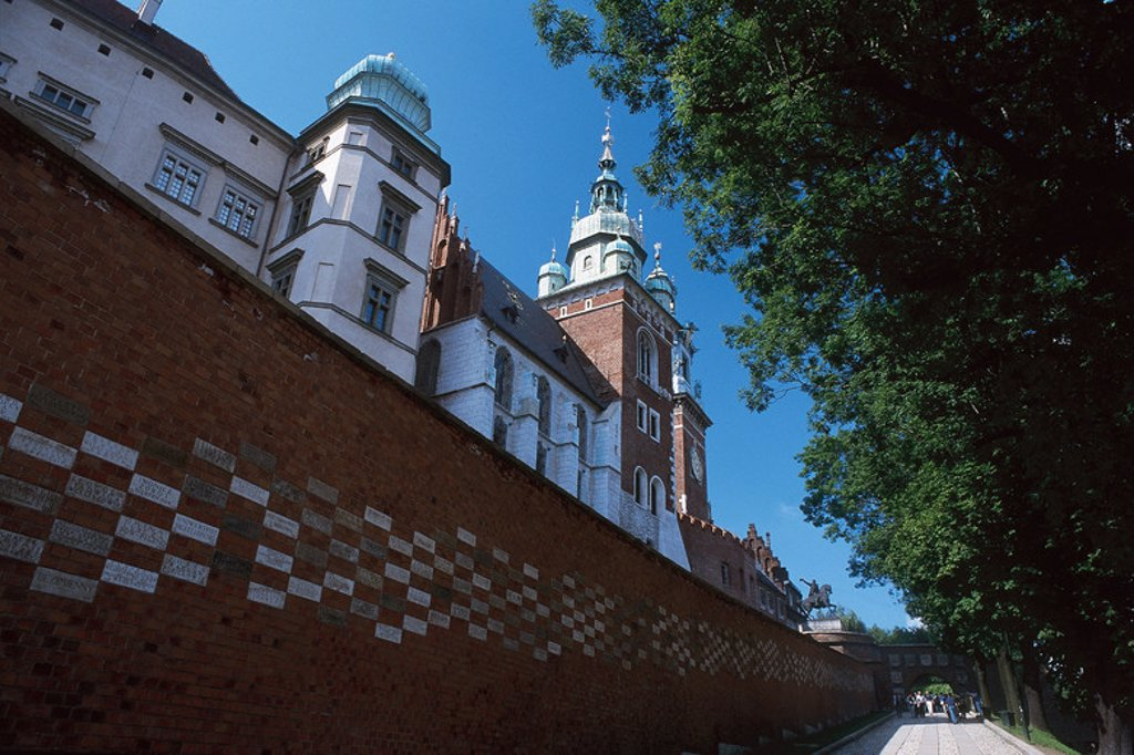 Stock Photo: 4409-48607 POLAND.Krakow.Castle Wawel. Built in XV century by order of Casimir III the Great and reconstructed by Sigismund the Elder between 1502 and 1536 after its destruction in 1499 by a fire. Details of the inner court erected by F. DELLA LORA in 1516 in Italian Renaissance style. Outside view.