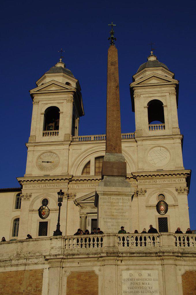 Stock Photo: 4409-48712 ITALIA. ROMA. Vista de la IGLESIA DE LA TRINITA DEI MONTI (siglo XVI) con el OBELISCO SALUSTIANO, de época imperial romana, frente a ella. Plaza España.