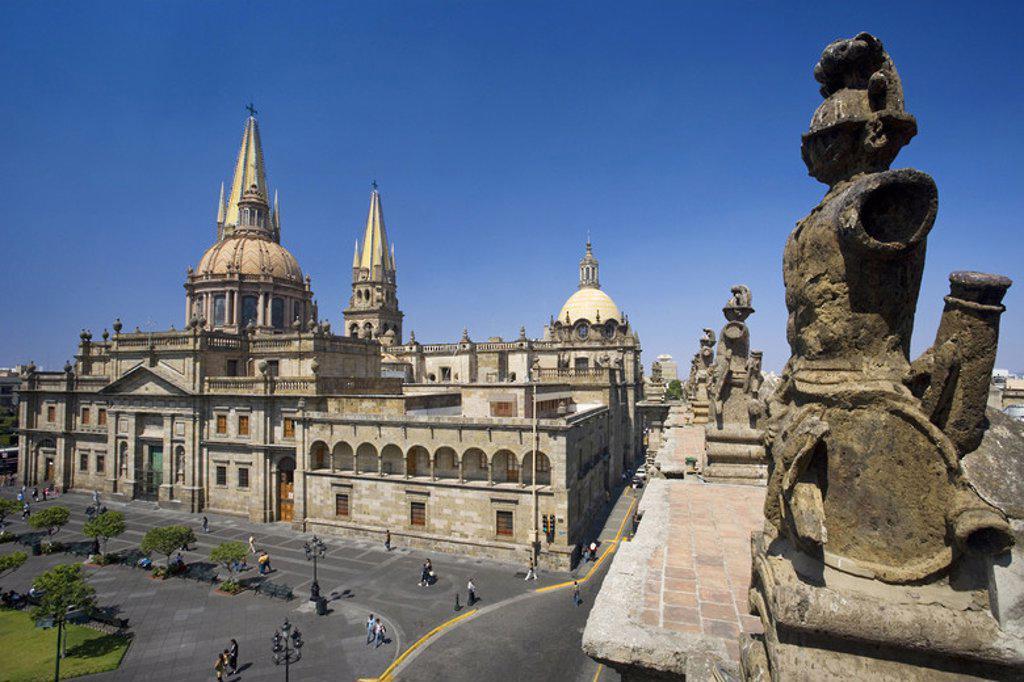 Stock Photo: 4409-48771 MEXICO. GUADALAJARA. Vista parcial de la PLAZA DE ARMAS con la CATEDRAL, construida entre los años 1571 y 1618. Fue iniciada por el arquitecto Martín CASILLAS. La cúpula absidal es obra de Manuel GOMEZ IBARRA. Estado de Jalisco.