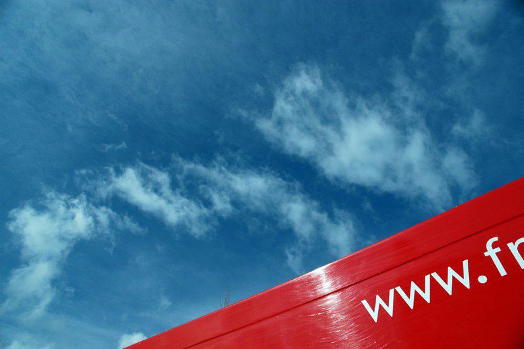 Stock Photo: 4409-52941 Detalle de la dirección de una PAGINA WEB impresa en el chasis de un camión de reparto.