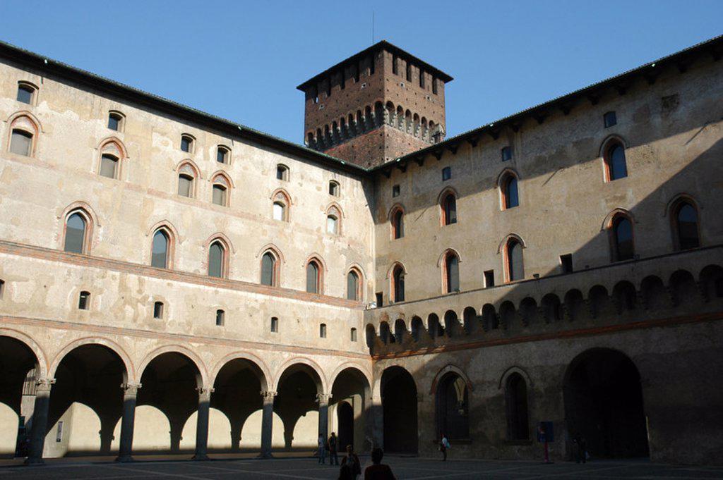 Stock Photo: 4409-53058 ITALIA. MILAN. Vista del patio interior del CASTILLO SFORZA. Originariamente fue una fortaleza militar, pero en época renacentista Francesco Sforza lo remodeló totalmente en el año 1450. Posteriormente fue residencia de Ludovico el Moro.