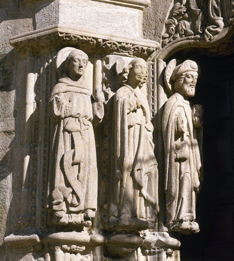 Stock Photo: 4409-54129 ARTE GOTICO. ESPAÑA. S. XV. IGLESIA DE SAN MARTIN. Mandada construir en 1434 por el arzobispo Lope de MENDOZA. Detalle de las figuras del pórtico que representan a los apóstoles, entre ellos el APOSTOL SANTIAGO. Es notoria la influencia de Santiago de Compostela. NOYA. Provincia de A Coruña. Galicia.