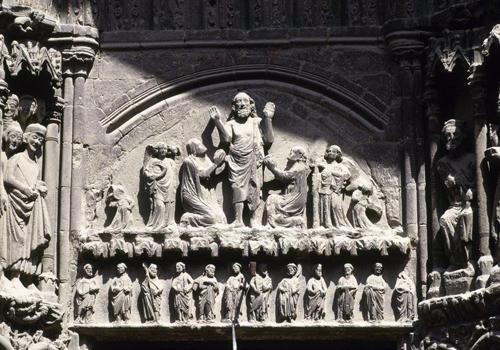 Stock Photo: 4409-54133 ARTE GOTICO. ESPAÑA. IGLESIA DE SAN BARTOLOME. Templo construido entre los s. XII-XIV. Detalle escultórico de la PORTADA, con representación de escenas del MARTIRIO Y MILAGROS del santo titular. LOGROÑO. La Rioja. CAMINO DE SANTIAGO.