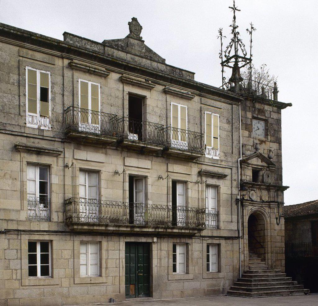 GALICIA. RIBADAVIA. Vista general del edificio del ANTIGUO AYUNTAMIENTO, con la Torre adosada a uno de sus lados, del siglo XVI. Se encuentra en la PLAZA MAYOR de la localidad. Provincia de Ourense. España. : Stock Photo