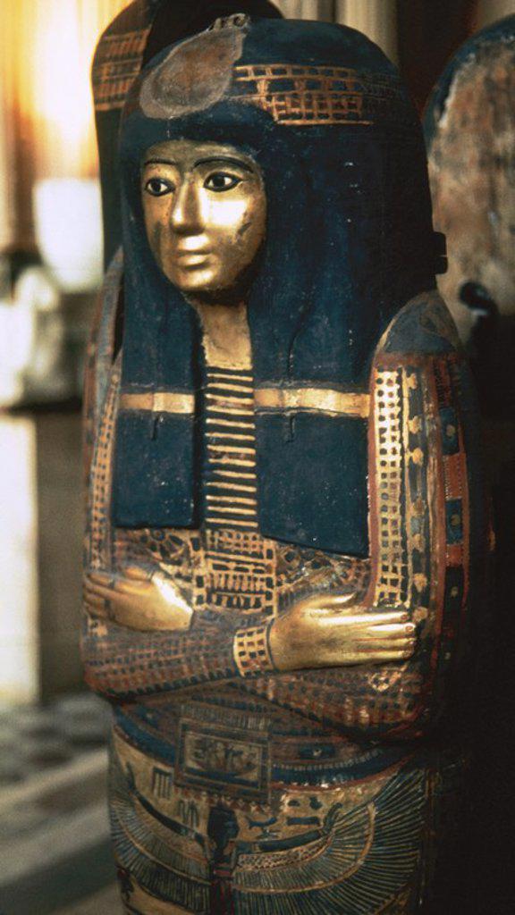 Stock Photo: 4409-54878 ARTE EGIPCIO. Detalle de la parte superior del SARCOFAGO DEL MUSICO DE AMON, TAMOUTNEFRET (1100. c.). Realizado en madera policromada y dorada. Museo del Louvre. París. Francia.