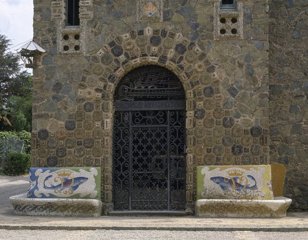 Stock Photo: 4409-55068 ARTE S. XIX. MODERNISMO. GAUDI, Antoni (Reus, 1852-Barcelona, 1926). CASA BELLESGUARD (1900-1909). Puerta de entrada de la casa de estilo gótico catalán. Realizada en hierro forjado. BARCELONA. Cataluña.