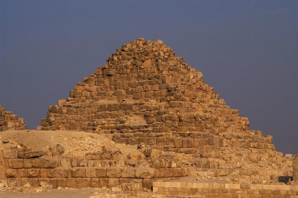 Stock Photo: 4409-55366 ARTE EGIPCIO. IMPERIO ANTIGUO. IV DINASTIA. PIRAMIDE DE HENUTSEN (2589-2566) reina de Egipto, hija del faraon Snefru y hermanastra de Keops. En Complejo funerario de Keops. EL GIZA. Egipto.