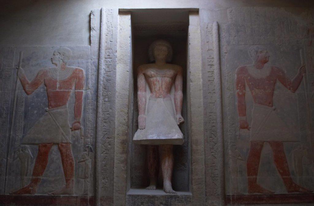 Stock Photo: 4409-55389 ARTE EGIPCIO. EGIPTO. IMPERIO ANTIGUO. VI DINASTIA. MASTABA DE MERERUKA. Situada en el lado norte de la Pirámide de Teti, del que Mereruka era sacerdote. Es la más grande del Imperio Antiguo. Vista de la ESTATUA DE MERERUKA situada en una hornacina de la sala mayor. SAKKARA.