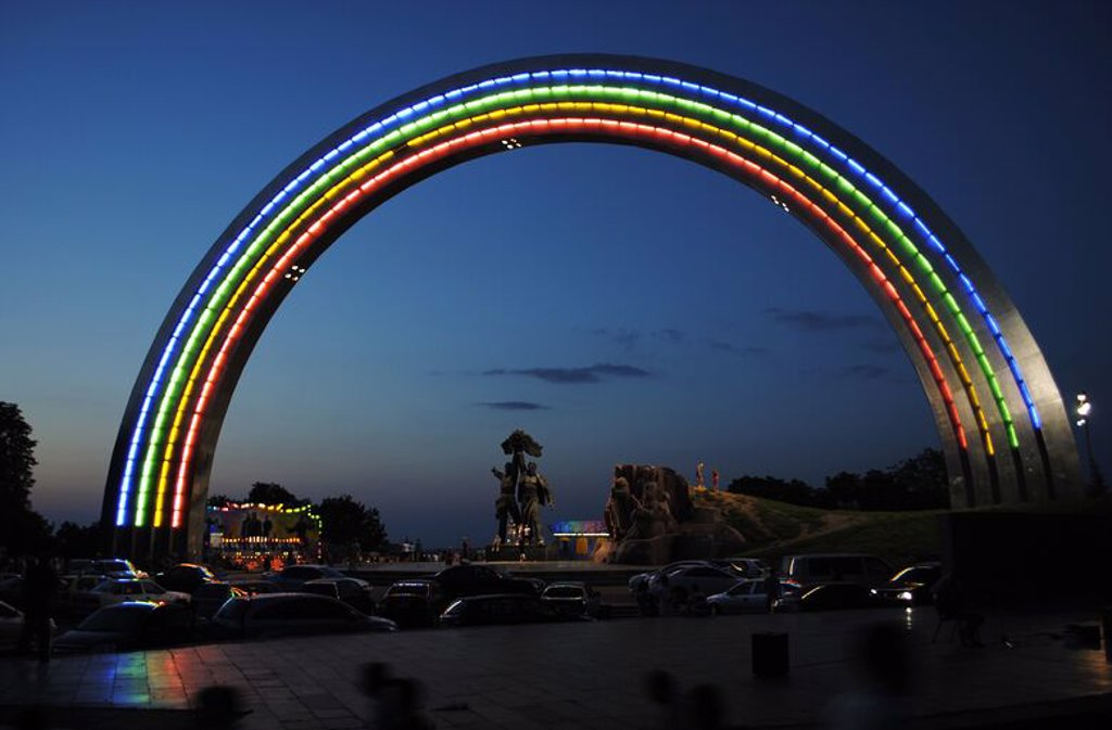 Ukraine. Kiev. The Friendship Arch built to celebrate the relationship between Ukraine and Russia in the Soviet era. Was constructed in 1982 by sculptor A. Skoblikov and architect I. Ivanov. : Stock Photo
