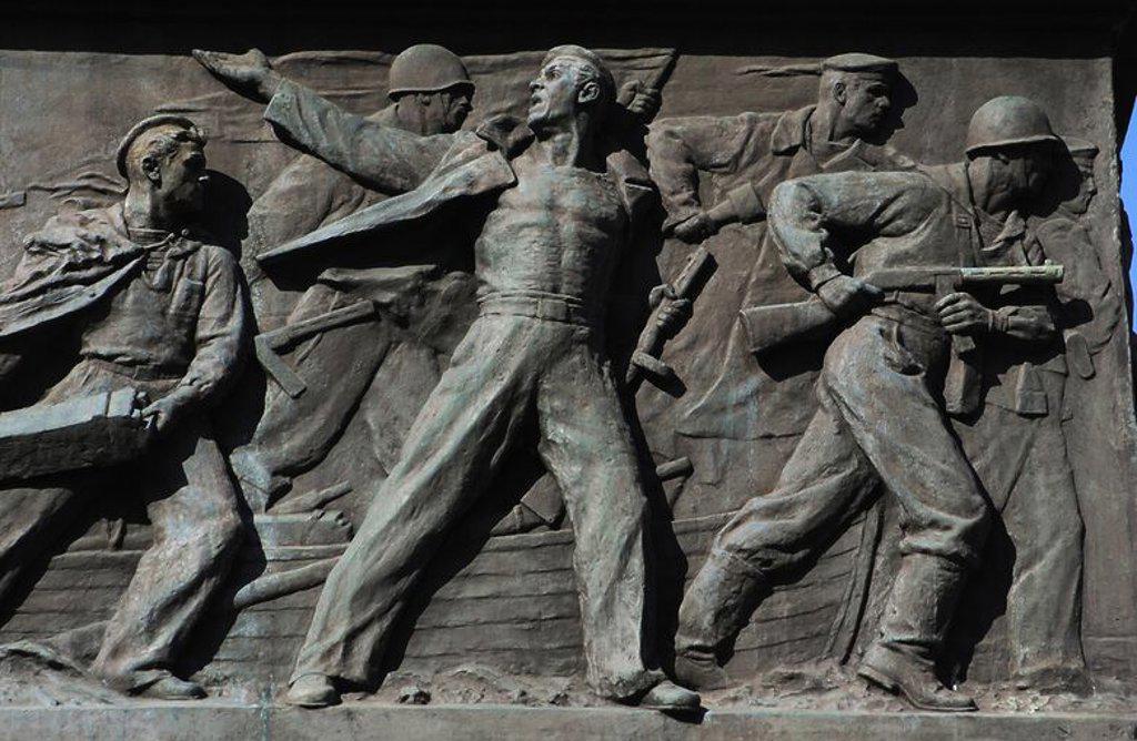 """UCRANIA. ODESA. EL OBELISCO conmemorativo al """"MARINERO DESCONOCIDO"""". Edificado en 1960, en el decimoquinto aniversario de la victoria sobre la Alemania fascista. Detalle de uno de los cuatro bajorrelieves que representa el episodio de la defenda de Odesa por los marineros durante la Segunda Guerra Mundial, en el año 1941. Europa oriental. : Stock Photo"""