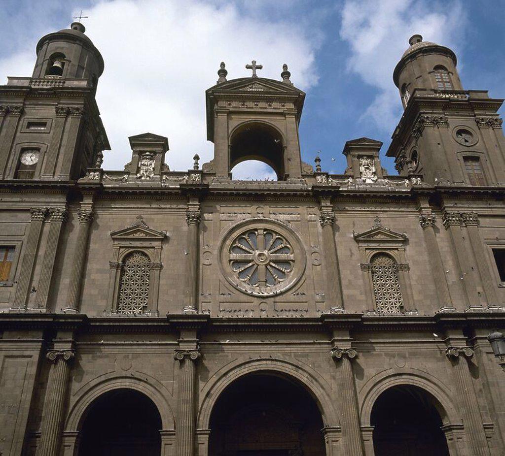 Stock Photo: 4409-56434 ISLAS CANARIAS. LAS PALMAS DE GRAN CANARIA. Vista parcial de la FACHADA de la CATEDRAL DE SANTA ANA, iniciada en en el año 1497 en estilo gótico y fue consagrada en 1570. Entre los años 1781 y 1820 se reformó en estilo barroco. GRAN CANARIA. Provincia de Las Palmas. España.