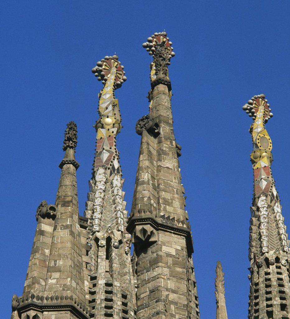 ARTE S. XIX. MODERNISMO. ESPAÑA. GAUDI I CORNET, Antoni (Reus,1852-Barcelona,1926) TEMPLO EXPIATORIO DE LA SAGRADA FAMILIA. Se inició en 1882 por Francisco de P. Villar en estilo neogótico y en 1883 Gaudí continuó las obras. Terminó el ábside neogótico y la fachada del Nacimiento. En 1986, Subirachs se encargó de continuar el proyecto. Detalle de las torres. BARCELONA. Cataluña. : Stock Photo