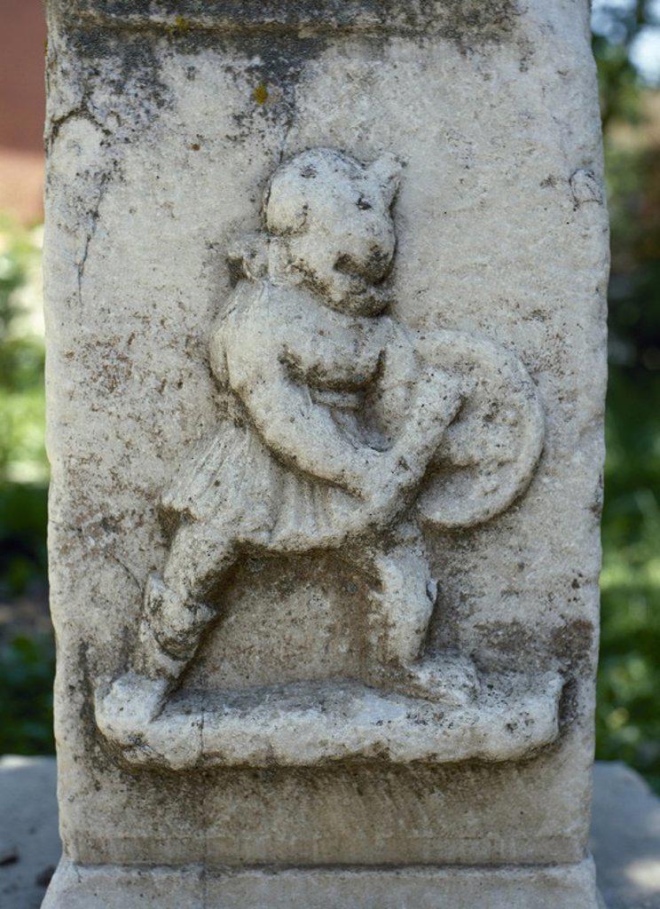 """Stock Photo: 4409-56592 ARTE ROMANO. TURQUIA. Detalle de un relieve donde se representa a un GLADIADOR ROMANO del tipo """"TRACIO"""". Este tipo de gladiadores se protegían con rodilleras y espinilleras en ambas piernas, utilizaban un pequeño escudo redondo, casco y una espada corta como arma. AFRODISIA DE CARIA. Turquía."""