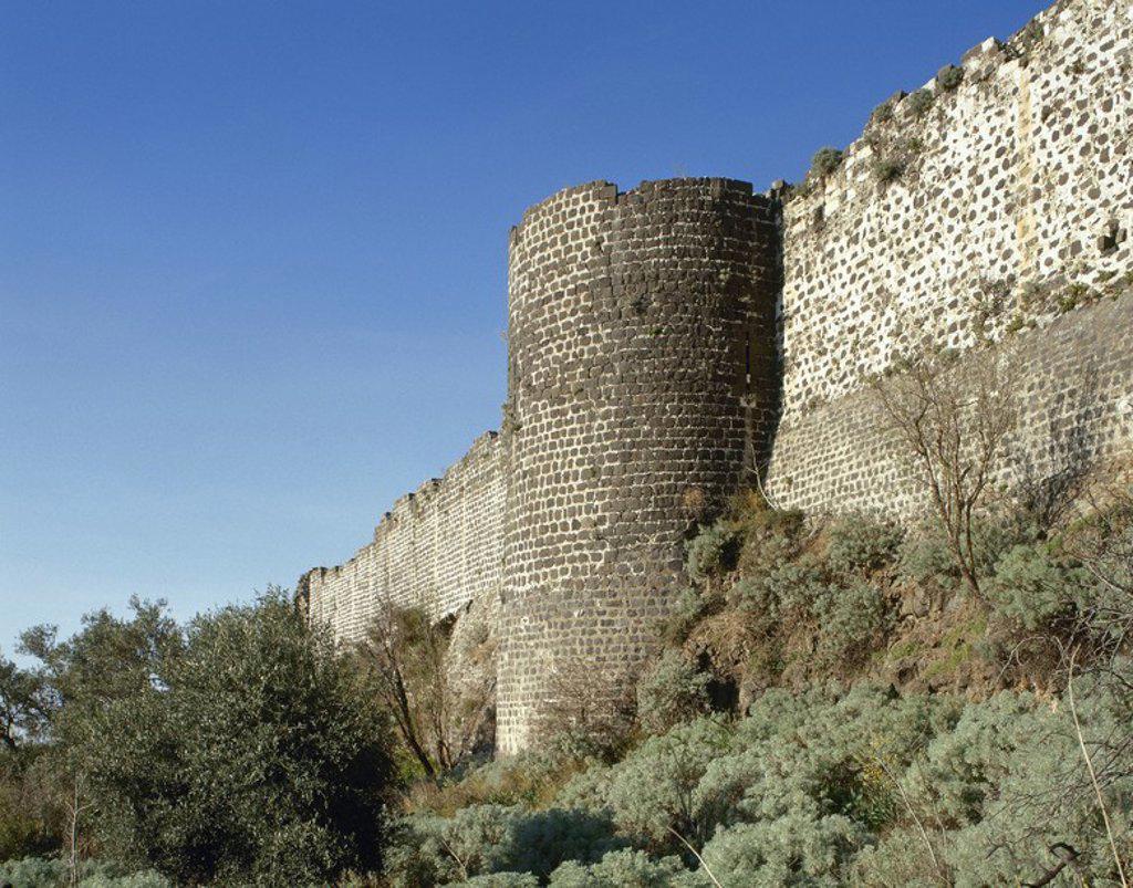 Stock Photo: 4409-56712 SIRIA. CASTILLO DE QALAAT MARQAB, inicialmente fortificado por los árabes en 1062, y posteriormente enclave de los Cruzados a principios del siglo XII. En 1186 los Caballeros Hospitalarios decidieron afincarse en él. Vista de la MURALLA.
