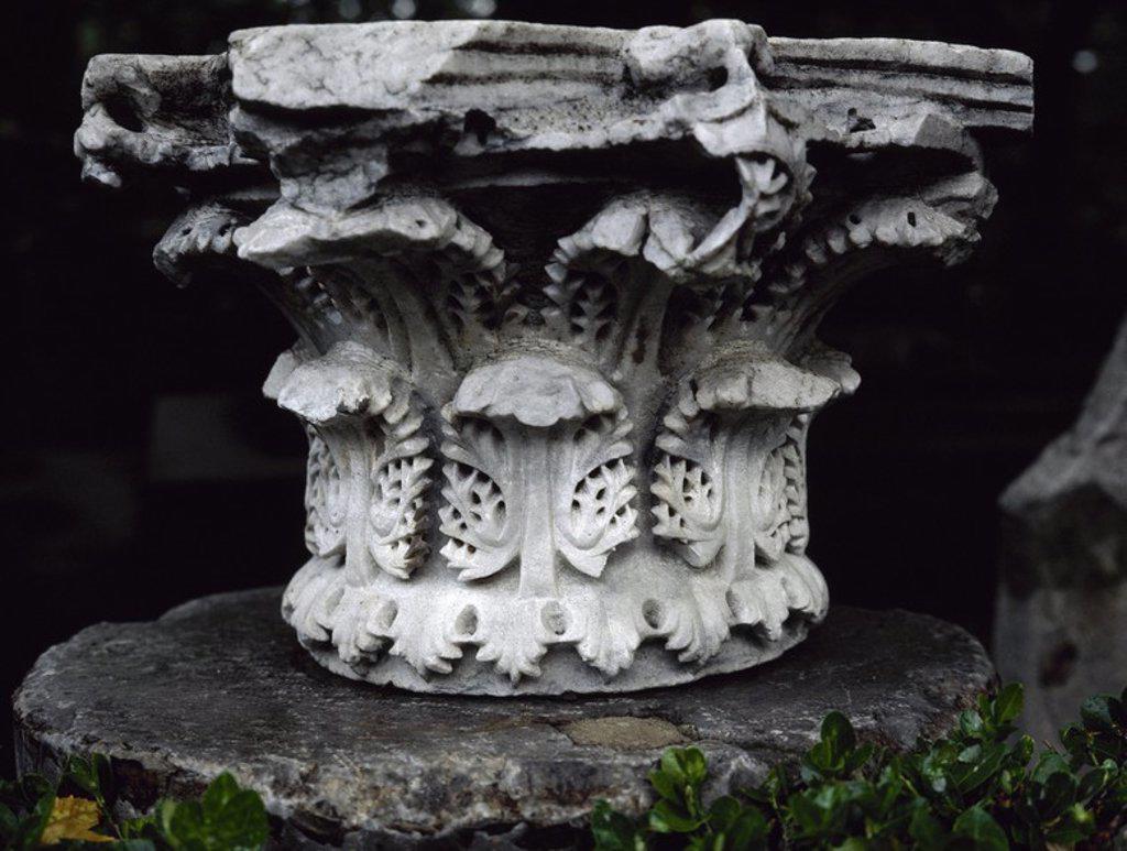 Stock Photo: 4409-56844 ARTE ROMANO. Detalle de un CAPITEL CORINTIO realizado en tufo, el material más usado en época romana. Destacan las dos capas de hojas de acanto. Patio del Museo Arqueológico. ESTAMBUL. TURQUIA.