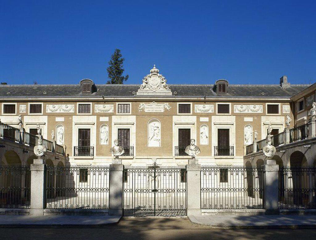 Stock Photo: 4409-56960 ARTE S. XVIII. ESPAÑA. CASITA DEL LABRADOR. Vista parcial de la fachada del edificio, palacete destinado al recreo de la familia real. Fue construida durante el reinado de CARLOS IV, a partir de 1792, por Isidro GONZALEZ VELAZQUEZ en estilo neoclásico. Se encuentra en el interior del Jardín del Príncipe. ARANJUEZ. Comunidad de Madrid. PATRIMONIO NACIONAL.