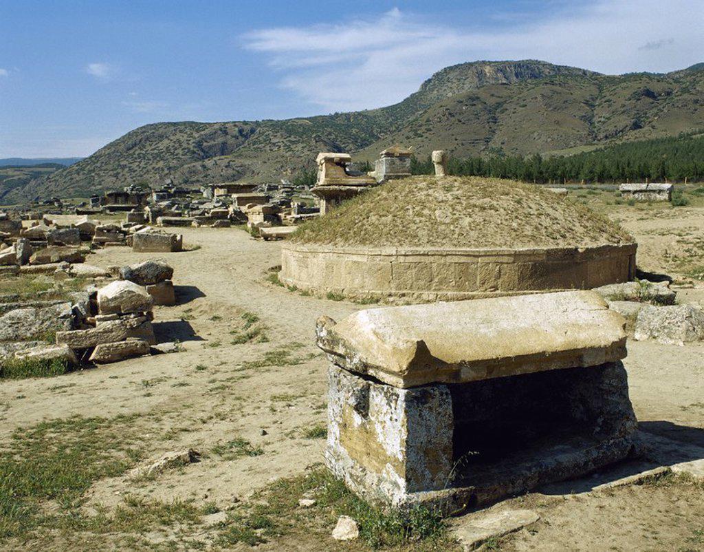 Stock Photo: 4409-56993 ARTE ROMANO. ASIA MENOR. TURQUIA. HIERAPOLIS. Fundada por Eumenes II, rey de Pérgamo, en el S. II a. C. Vista general de la NECROPOLIS, donde se superponen un total de 1.200 tumbas de distintas clases. Abarcan un periodo comprendido desde el S.II a.C. a los primeros siglos de nuestra era. Pamukkale. Península Anatólica.