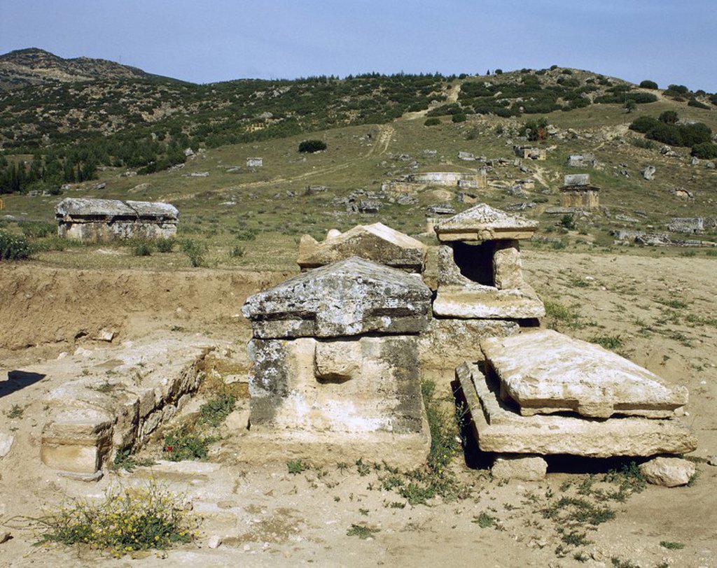 Stock Photo: 4409-56995 ARTE ROMANO. ASIA MENOR. TURQUIA. HIERAPOLIS. Fundada por Eumenes II, rey de Pérgamo, en el S. II a. C. Vista general de la NECROPOLIS, donde se superponen un total de 1.200 tumbas de distintas clases. Abarcan un periodo comprendido desde el S.II a.C. a los primeros siglos de nuestra era. PAMUKKALE. Península Anatólica.