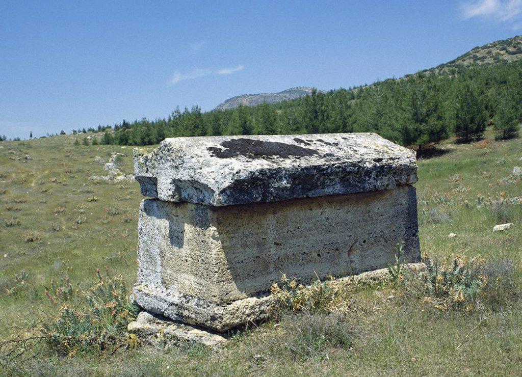 Stock Photo: 4409-57001 ARTE ROMANO. ASIA MENOR. TURQUIA. HIERAPOLIS. Fundada por Eumenes II, rey de Pérgamo, en el S. II a. C. Vista parcial de una TUMBA ROMANA del tipo SARCOFAGO de la NECROPOLIS, donde se superponen un total de 1.200 sepulturas que abarcan un periodo comprendido desde el S.II a.C. a los primeros siglos de nuestra era. PAMUKKALE. Península Anatólica.