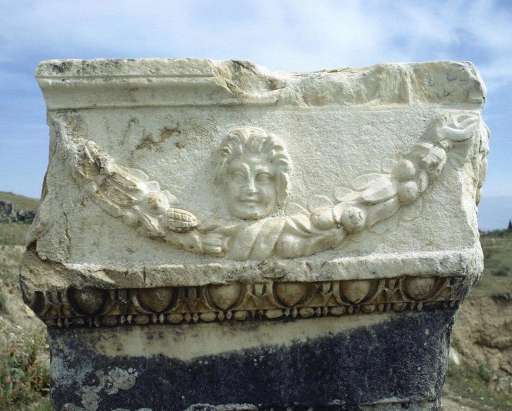Stock Photo: 4409-57009 ARTE ROMANO. ASIA MENOR. TURQUIA. Detalle escultórico de uno de los numerosos sarcófagos de la NECROPOLIS de HIERAPOLIS, donde se han localizado un total de 1.200 sepulturas. Pamukkale. Península Anatólica.