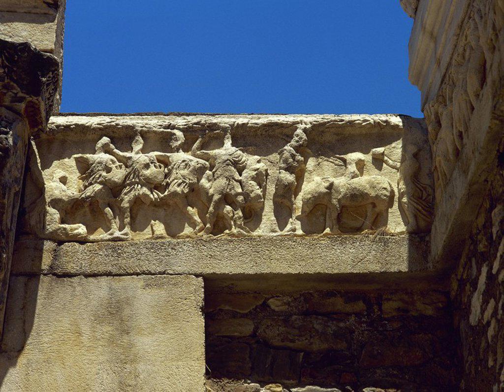 Stock Photo: 4409-57026 ARTE ROMANO. TURQUIA. Detalle del FRISO del TEMPLO DE ADRIANO, ricamente esculpido con relieves (copias de los originales, expuestos en el museo de la ciudad). Fechados hacia el siglo III d. C. CIUDAD DE EFESO. Península Anatólica.