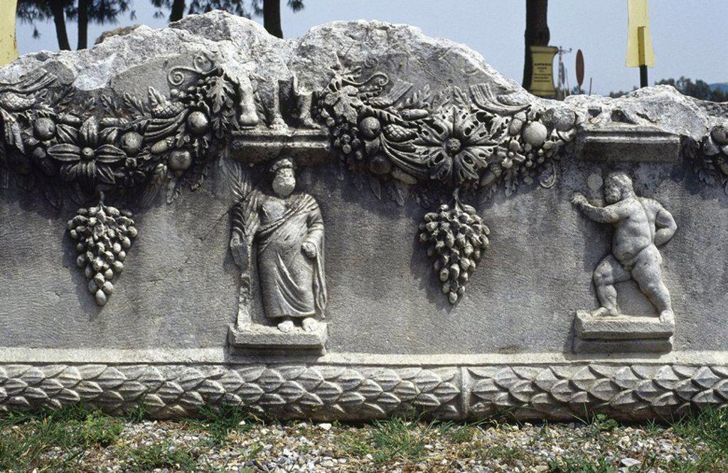 Stock Photo: 4409-57028 ARTE ROMANO. TURQUIA. Detalle de los RELIEVES DE UN SARCOFAGO de época romana. Museo de la ciudad de MILETO.