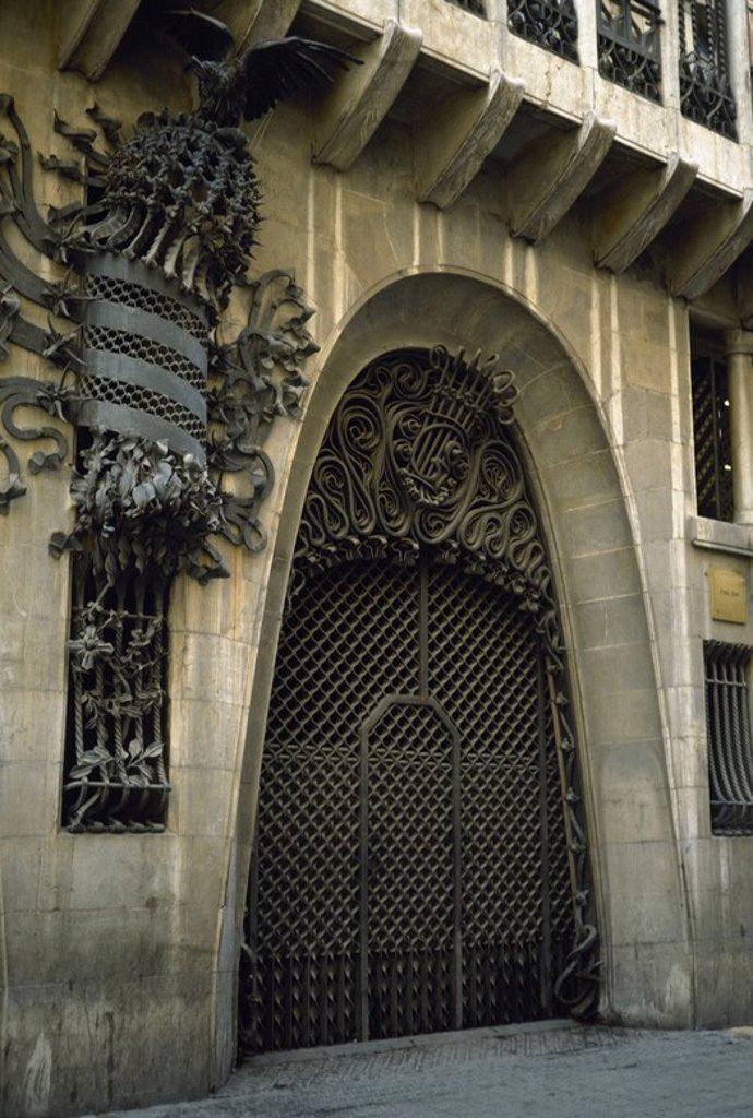 Stock Photo: 4409-57030 ARTE S. XIX. MODERNISMO. GAUDI, Antoni (Reus, 1852-Barcelona,1926). Arquitecto modernista. PALAU GÜELL (1886-1890). Una de las mejores obras de Gaudí. Detalle de una de las puertas y ventanas de la austera fachada. BARCELONA. Cataluña.