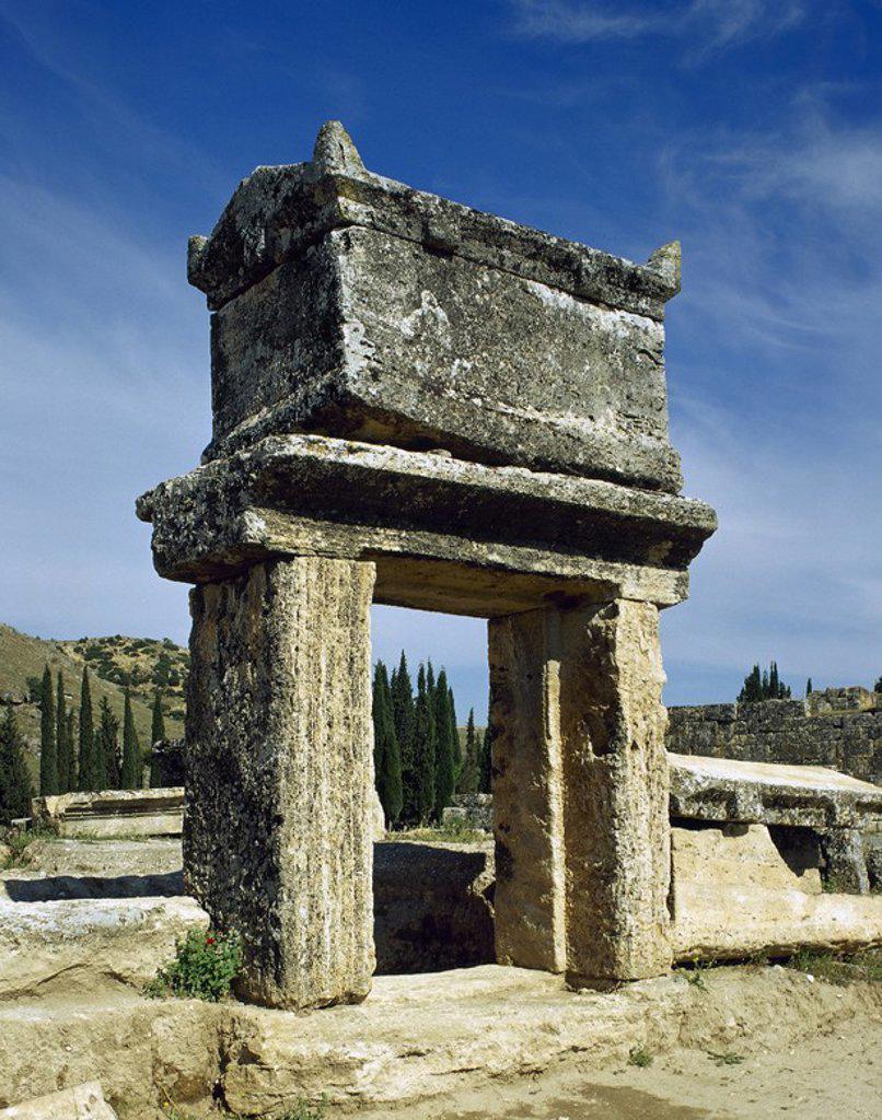 Stock Photo: 4409-57123 ARTE ROMANO. ASIA MENOR. TURQUIA. HIERAPOLIS. Fundada por Eumenes II, rey de Pérgamo, en el S. II a. C. Vista general de una TUMBA romana de la NECROPOLIS, donde se superponen un total de 1.200 sepulturas que abarcan un periodo comprendido desde el S.II a.C. al los primeros siglos de nuestra era. Pamukkale. Anatolia.